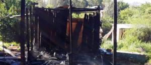 Las llamas arrasaron completamente con una precaria vivienda