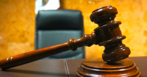 Juzgan a un joven acusado de haberle roto el brazo a una mujer durante un asalto