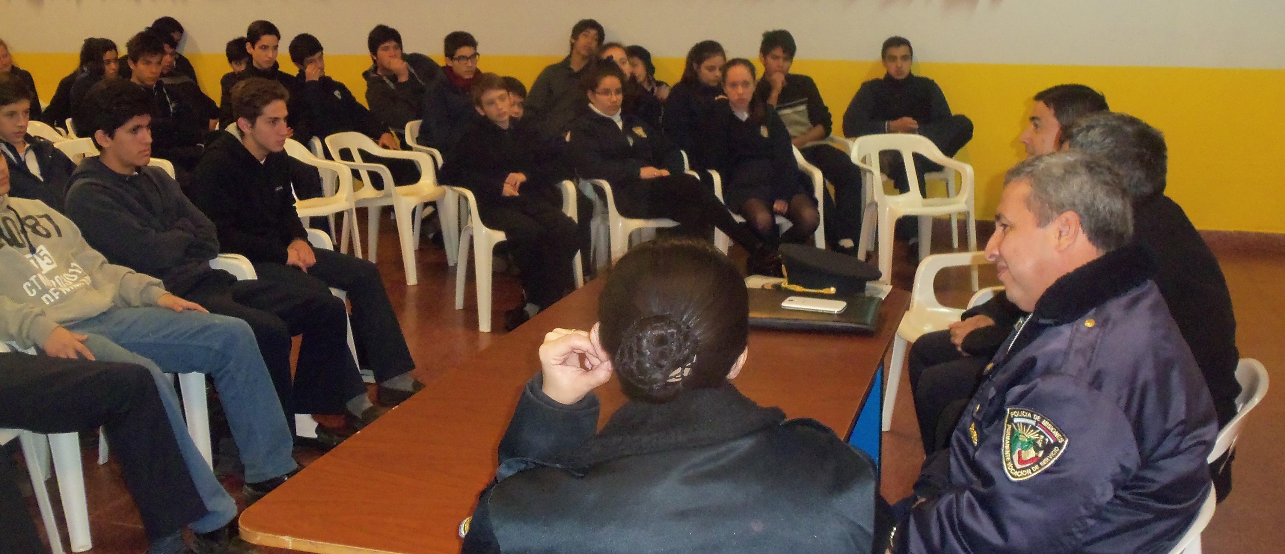 La Policía Comunitaria se reunió con padres de alumnos del Instituto Janssen de Posadas