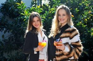 Dos bellezas misioneras en la promoción del rally de las Princesas