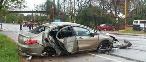 Un conductor y acompañante terminaron hospitalizados tras despistar e impactar contra un árbol