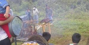 Los piqueteros del MPL que cortan la ruta 12 en Montecarlo, están de asado