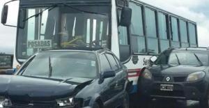 Choque en cadena causó daños en tres vehículos en el puente internacional