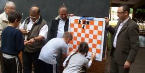 El Rotary entregó un tablero magnético de ajedrez para los chicos de la Escuela N° 250