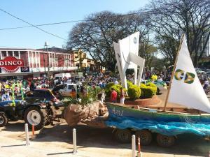 Se realiza el tradicional desfile de las colectividades por calles céntricas de Oberá