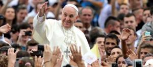 Desde Albania, el Papa rechazó que la religión justifique la violencia