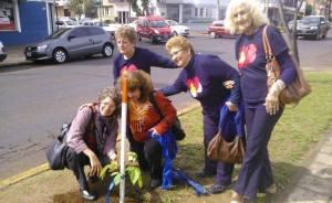 Adultos mayores plantaron el árbol N° 100 en plaza de la avenida Corrientes