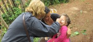 Promotores del hospital de Roca recorren los barrios para inmunizar a los niños de 1 a 4 años