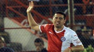 Riquelme cada vez más decisivo, convirtió para que Argentinos gane 1 a 0 a Douglas; el Bichi respira aliviado