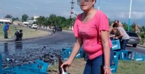 """En Tucumán volcó un camión de cervezas y se robaron todas las botellas que """"sobrevivieron"""""""