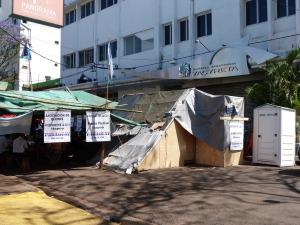 Afectados por Yacyretá argentinos y paraguayos continúan la protesta con corte de la calle frente a la EBY