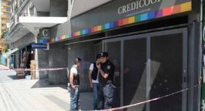 Disfrazados con máscaras y pelucas, en tres minutos robaron casi un millón en un banco de Buenos Aires