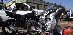 En Apóstoles dos motos chocaron en simultáneo contra el guardabarros de una camioneta