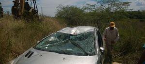 Conductor resultó ileso tras despistar y volcar con su automóvil