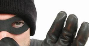 Un trío de criminales robó 20 mil pesos de una casa céntrica tras reducir a dos mujeres