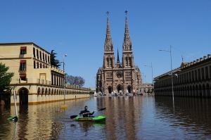 El río Luján volvió a subir, llegó a la basílica comenzaron a sacar el agua de la cripta