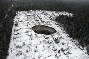 """Un misterioso cráter se """"traga"""" varias casas en Rusia"""