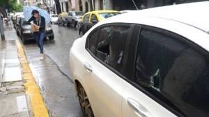 Buenos Aires: un hombre con un pico rompió vidrios y carrocería de un auto que le estacionaron frente a su garage