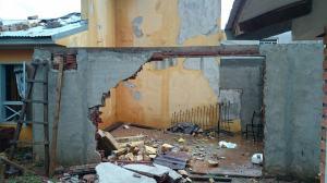 """""""Mi techo se voló, el tanque de agua y el muro perimetral también"""", dijo una vecina del barrio Malvinas"""