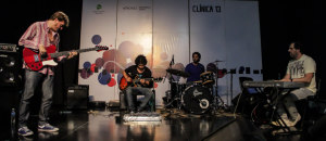 Clínica 13: el bajista Javier Malosetti dio cátedra en Itaembé Miní