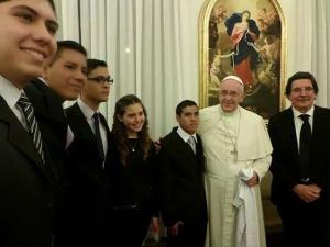 Un alumno secundario de Leandro N. Alem le entregó un documento de paz al Papa Francisco