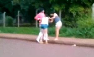 Una chica atacó a otra a golpes y patadas, en pleno Montecarlo