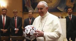 El Papa Francisco hizo una rifa con los regalos que recibió