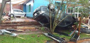 Temporal en San Vicente dejó heridos, dañó 260 casas, vehículos y arrancó árboles y postes