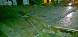 Camionero imprudente arrastró cables de luz, derribó dos postes y dejó varias manzanas a oscuras