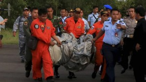 Tras tres días de búsqueda, hallan cadáveres y restos del avión de AirAsia en el mar de Java