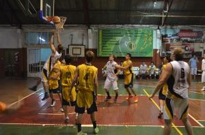 Básquet: AEMO ganó y pasó a semis en la Liga Provincial