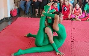 Torneo de yoga artístico con adultos mayores en el CEF N° 1 de Villa Cabello