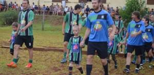 Tarde de fútbol para disfrutar a los que triunfan afuera y no se olvidan de dar una mano en casa