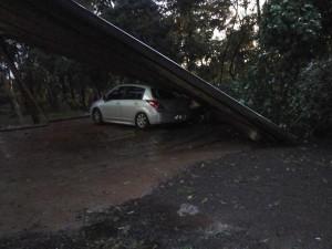 Ayer, un temporal arrancó postes, árboles y techos en Iguazú
