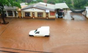En Eldorado, la intensa lluvia de las últimas horas desbordó arroyos e inundó varias zonas