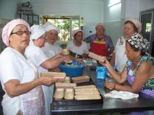Voluntarias de Pami elaboraron budines solidarios