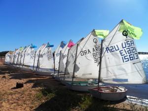 Enseñan a navegar en Optimist en El Brete