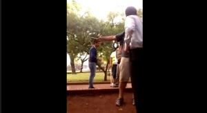 Alem: corrió a rebencazos a un joven por orinar en la plaza