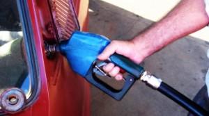 Desde hoy, baja 5 por ciento el precio de los combustibles