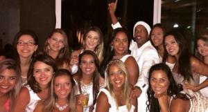 Ronaldinho comenzó el 2015 rodeado de 13 damas