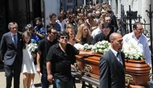 Inhumaron los restos de Lola Chomnalez en el cementerio de Recoleta