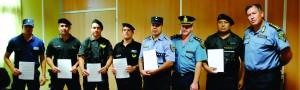 Reconocimiento para policías que asistieron a una pareja en un  incendio