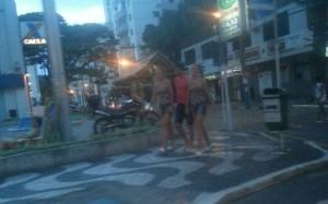 """Las gemelas de San Vicente """"na praia"""" y con ¿el novio?"""