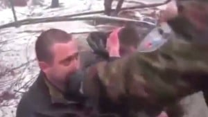 Rebeldes prorrusos obligan a soldados ucranianos a comerse sus uniformes y los filman