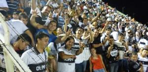 Cientos de hinchas de Olimpia recorrieron la Costanera anoche tras el partido ante Crucero