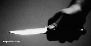 Acuchillaron a un policía que quiso auxiliar a una mujer que estaba siendo agredida por su pareja