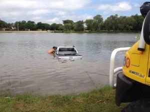 Se olvidaron de ponerle el freno de mano a la camioneta y terminó en medio del río