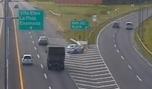 Buenos Aires: iba hacia el mar por la autopista, se pasó en la salida y destrozó el auto