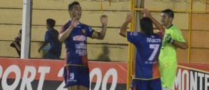 Crucero festejó su ascenso a Primera con un 2 a 0 a Olimpia de Paraguay, que llevó más de 6000 hinchas al Guacurarí