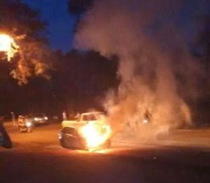 Espectacular incendio de un auto en Eldorado